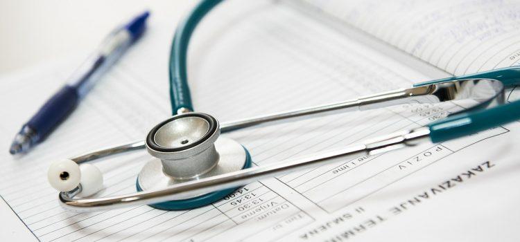 Wole guzkowe tarczycy – przyczyny, objawy i leczenie